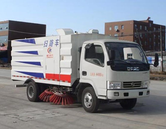 程力新型高效清扫车引领环卫新潮流,实现路面清扫、垃圾回收、运输、除尘净化一体化作业
